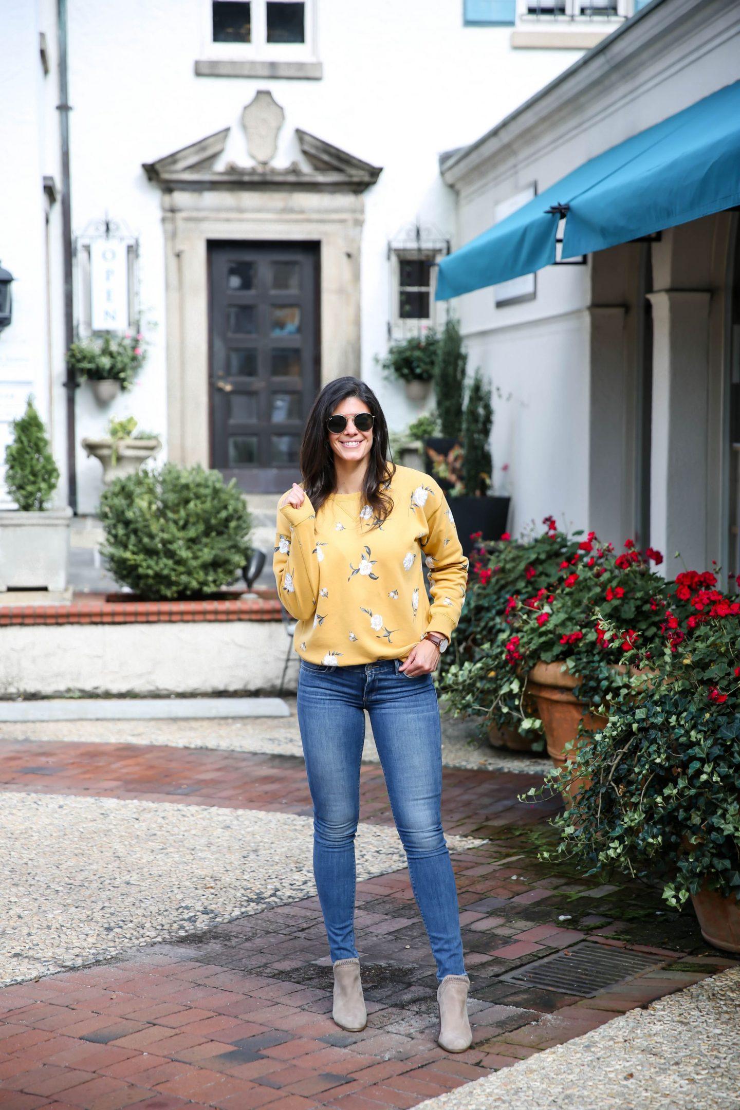 casual chic fall style - floral sweatshirt - Lauren schwaiger