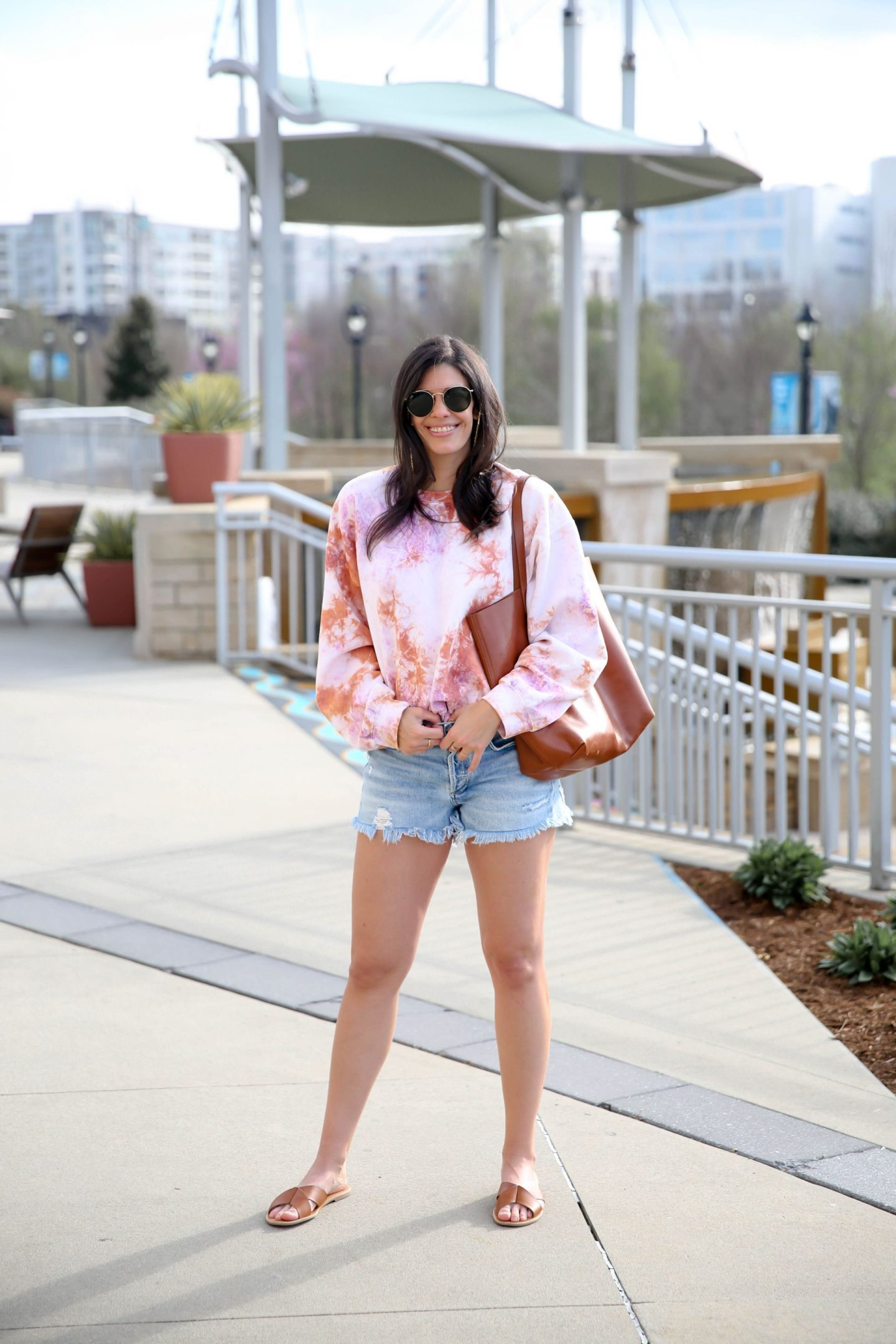 casual chic spring outfit - tie dye - denim shorts